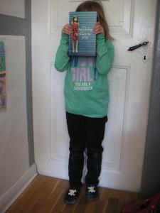 Das Mädchen, das rückwärts an der Tür steht