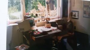 Schreibtisch mit ausgezogener Schublade für Tastatur